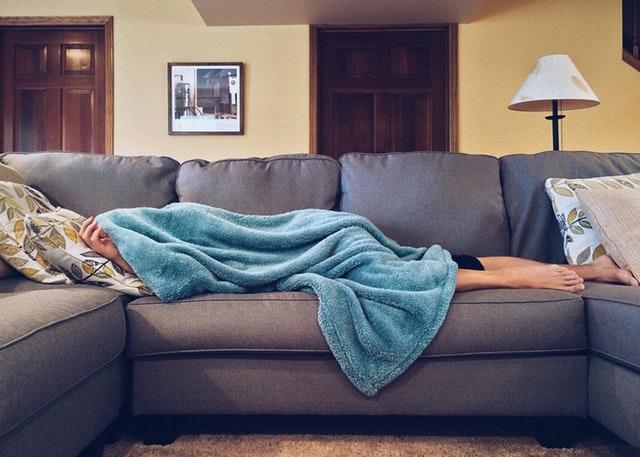 mężczyzna leżący na kanapie